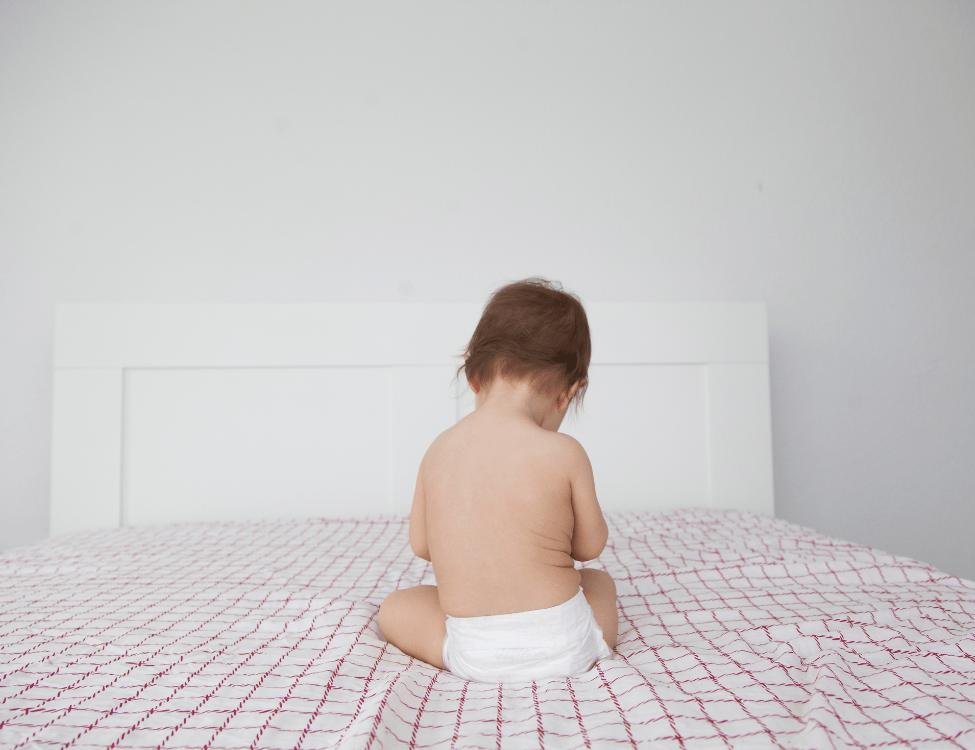 Un Nouveau Pas, accompagnement à la parentalité Vannes⎮bébé de dos