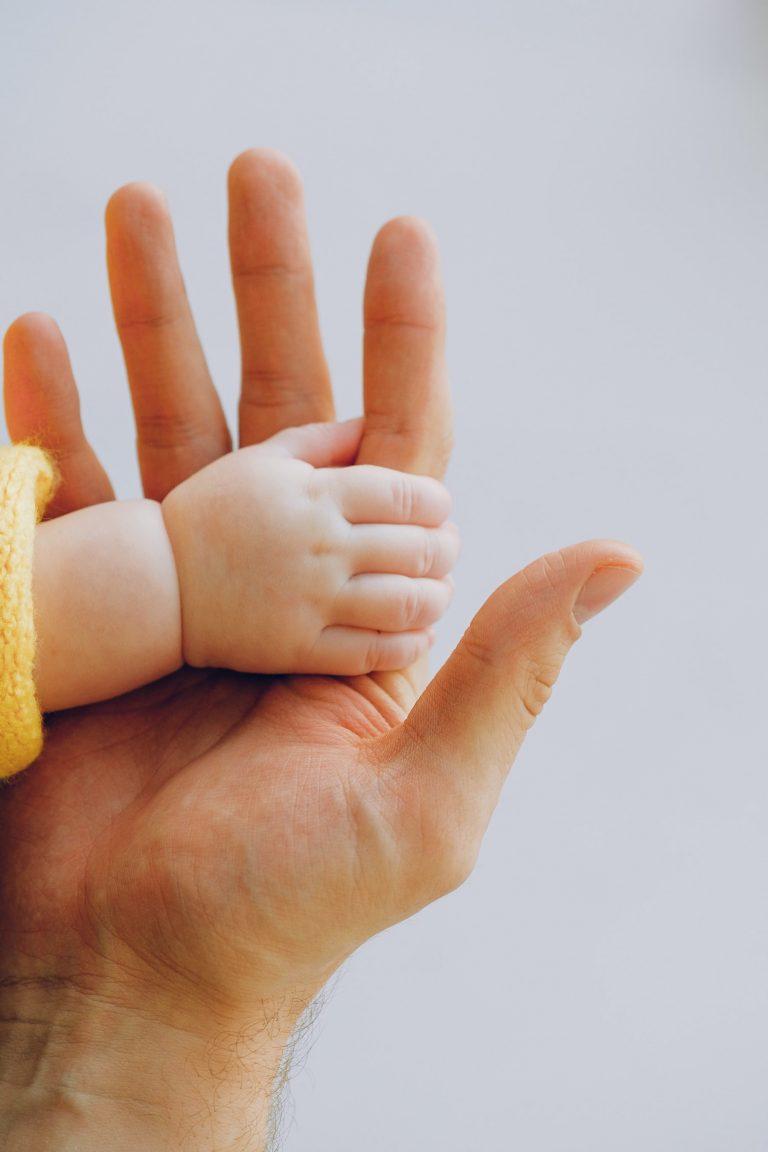 Un Nouveau Pas, accompagnement à la parentalité Vannes⎮main bébé